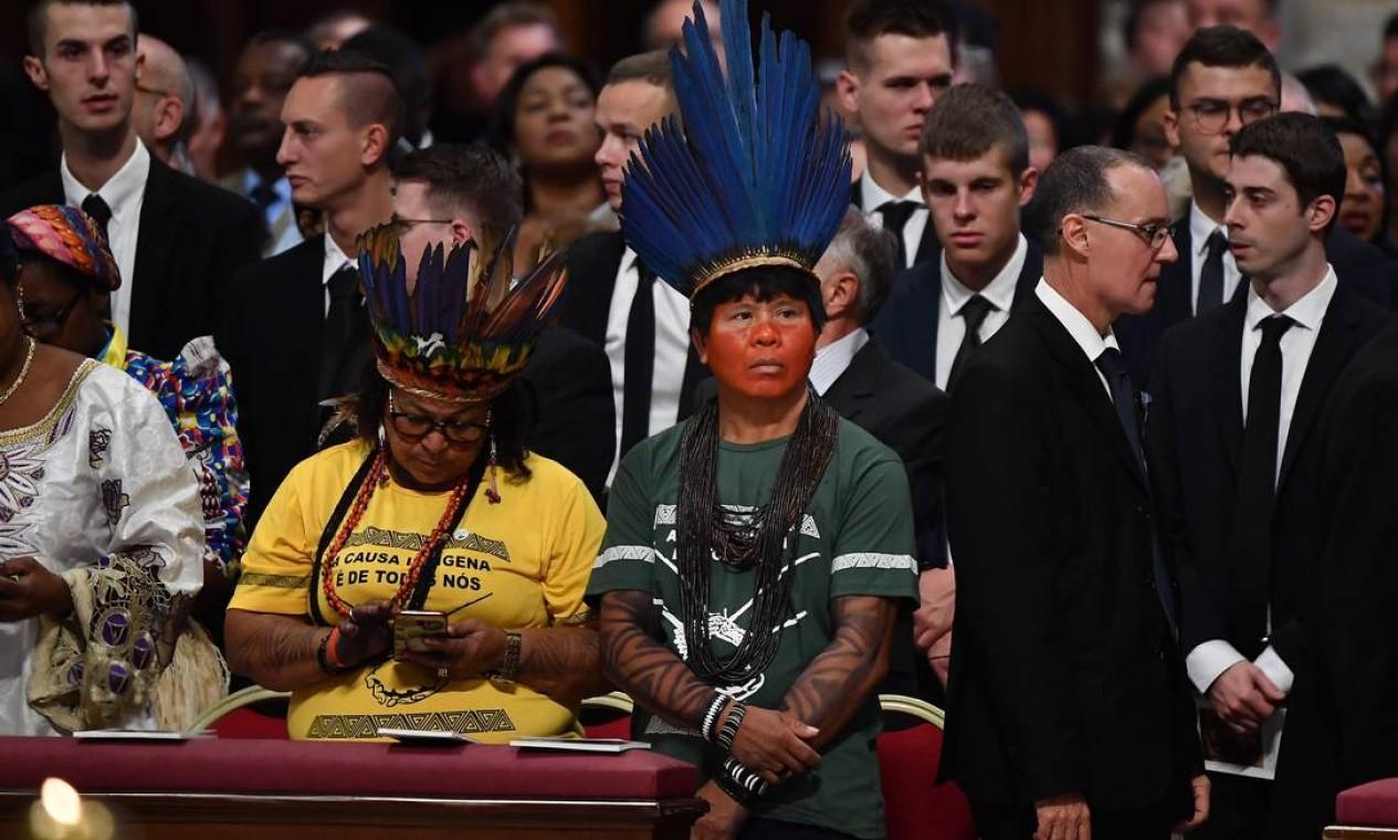 """Representantes indigenas no Vaticano para acompanhar o sínodo da Amazônia. O tema do encontro é: """"Amazônia: novos caminhos para a Igreja e para uma ecologia integral"""", que discute a situação dos povos da Amazônia Foto: TIZIANA FABI / AFP"""