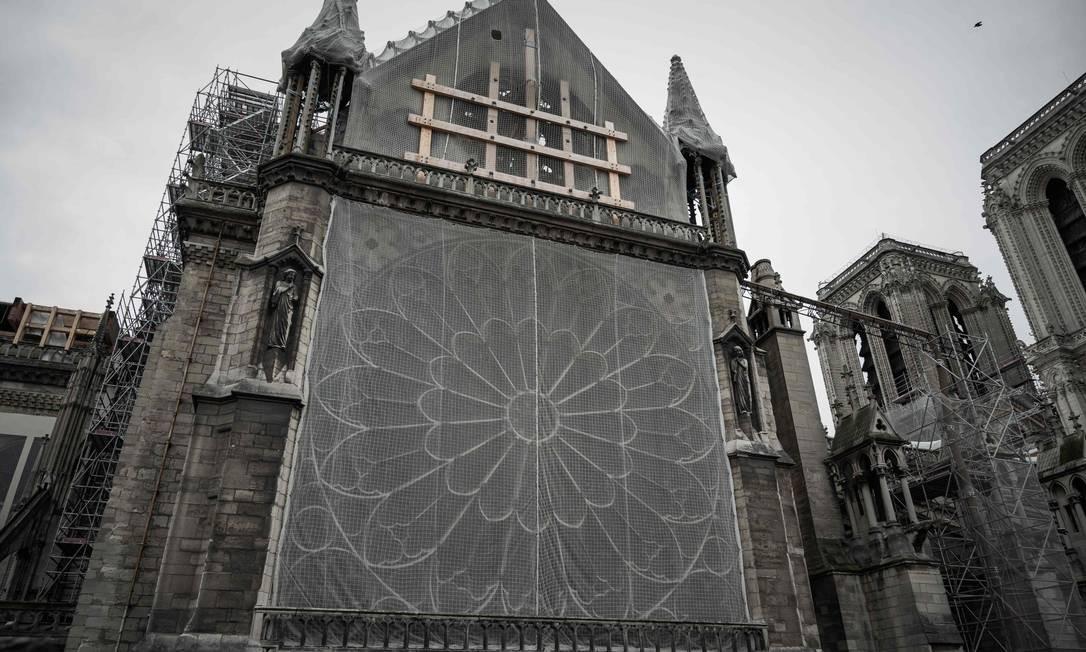 Foto tirada em 15 de outubro de 2019 mostra estruturas de madeira, redes de proteção e andaimes na Catedral de Notre-Dame, em Paris, seis meses após o incêndio de 15 de abril Foto: PHILIPPE LOPEZ / AFP
