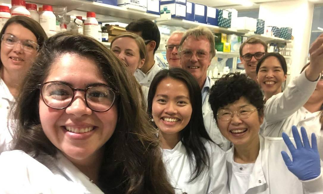 Joanna Darck Lima (à esq.) comemorou com Peter Ratcliffe e outros alunos o anúncio do Nobel de Medicina Foto: Reprodução