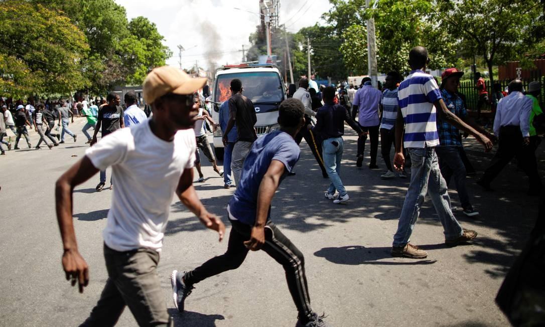 Manifestantes entram em confronto com policiais do lado de fora de funeral em em Porto Príncipe Foto: ANDRES MARTINEZ CASARES / REUTERS
