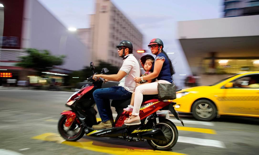 People ride an electric motorbike in Havana, Cuba, October 15, 2019. REUTERS/Alexandre Meneghini Foto: ALEXANDRE MENEGHINI / REUTERS