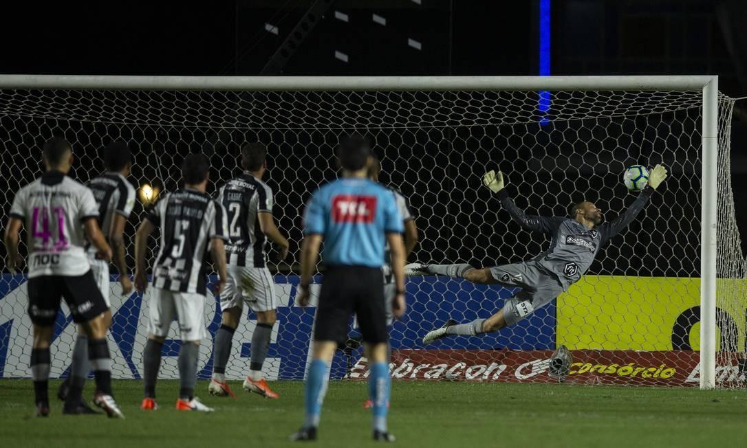 Cavalieri voou, mas não alcançou o chute de Bruno Gomes, que desviou em João Paulo, no primeiro gol Foto: Alexandre Cassiano / Alexandre Cassiano