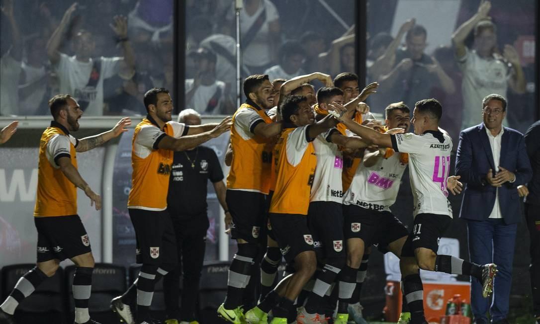 Bruno Gomes comemora com os reservas o primeiro gol do Vasco sobre o Botafogo Foto: Alexandre Cassiano / Alexandre Cassiano