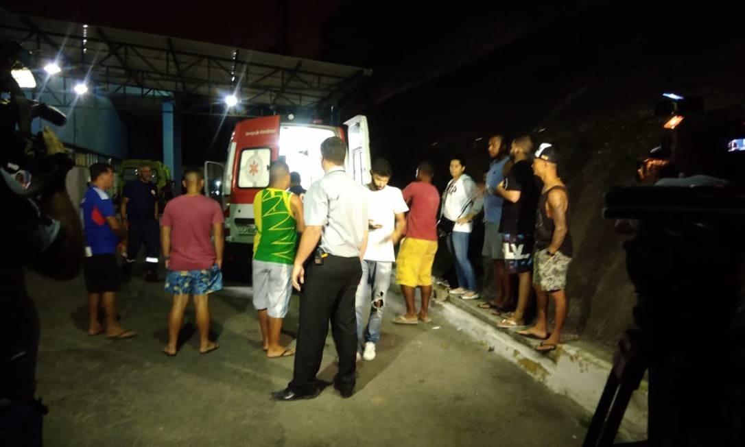 Momento em que Jeferson e colocado na ambulância para ser levado do Hospital Estadual Adão Pereira Nunes para o Moacyr do Carmo Foto: Letícia Gasparini / Agência O Globo