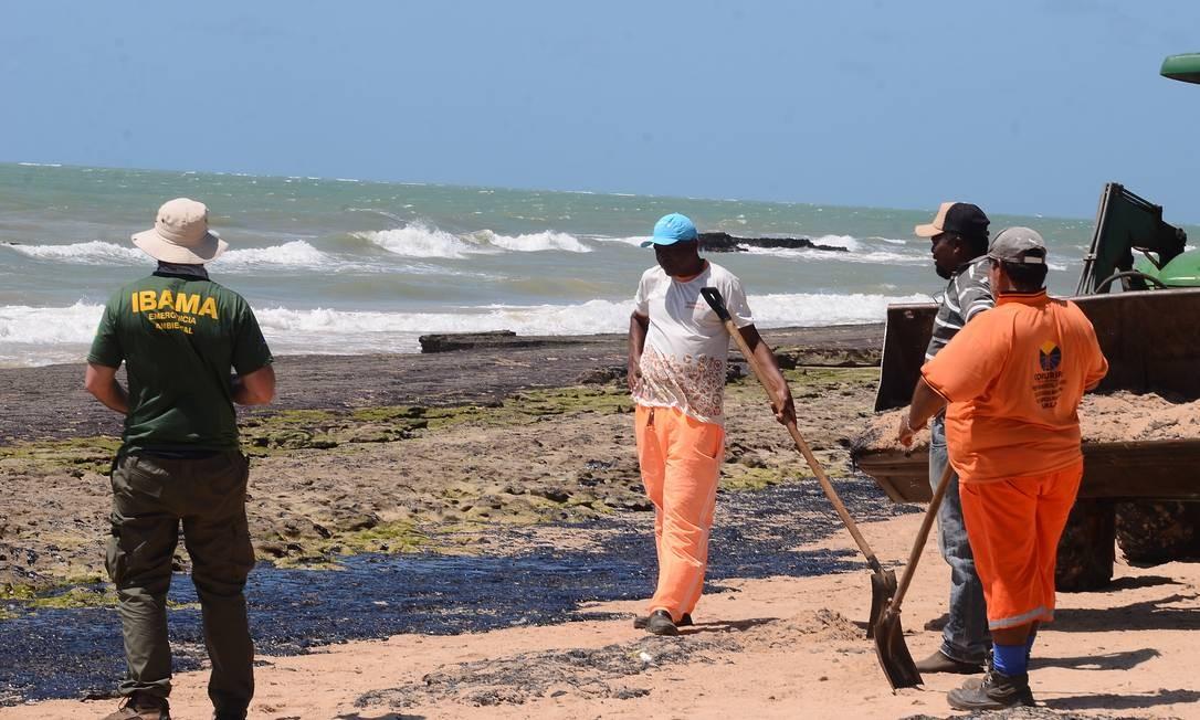 Óleo sendo recolhido na praia Lagoa do Pau em Coruripe (Alagoas) Foto: Genival Paparazzi/Parceiro / Agência O Globo