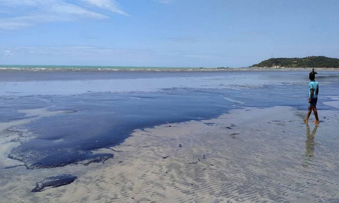 Em Alagoas novas manchas de óleo surgiram na praia de Japaratinga, litoral norte do estado Foto: Divulgação