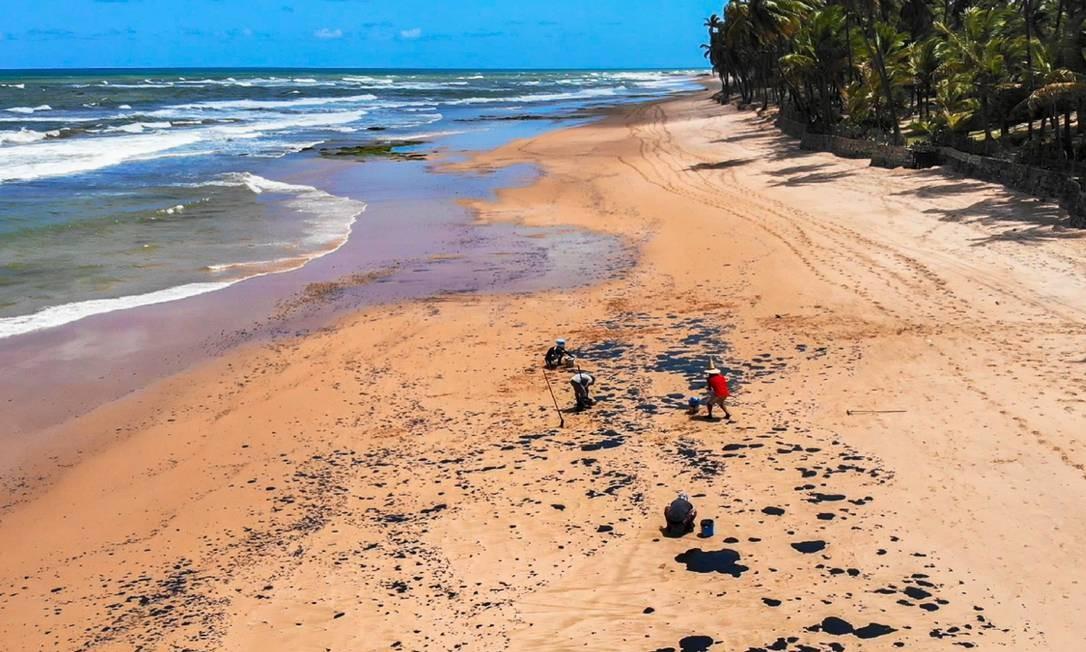 A praia do Jauá atingida pelo óleo, ainda de origem desconhecida Foto: Mateus Morbeck / Mateus Morbeck