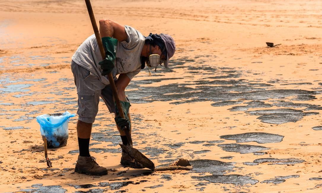 A retirada do óleo da praia de Jauá por voluntários tem sido feita com equipamentos de segurança financiados pelos próprios mobilizadores Foto: Mateus Morbeck / Mateus Morbeck