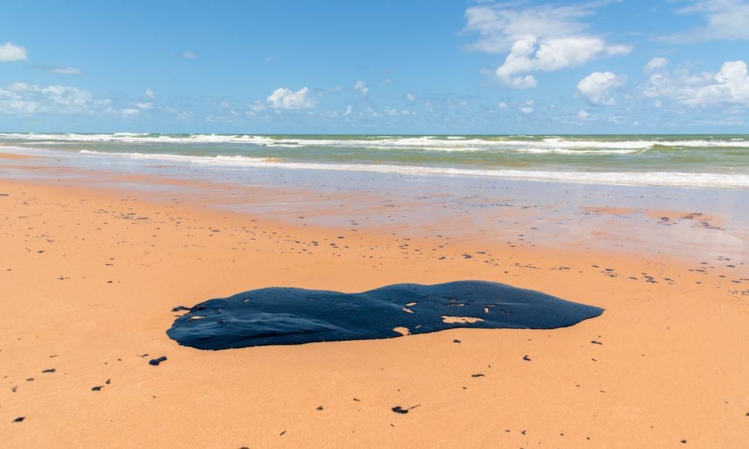 Concentração de óleo cru que apareceu na praia de Jauá, Camaçari, litoral norte da Bahia Foto: Mateus Morbeck / Mateus Morbeck