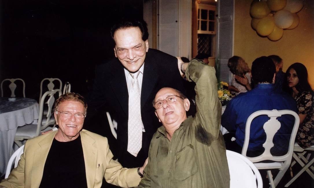 Maurício Scherman (esquerda) e José Santa Cruz com o ator Lúcio Mauro (em pé) Foto: Ricardo Gama / Divulgação