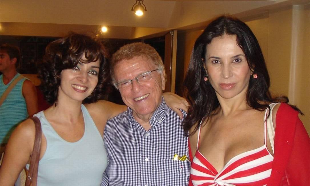 A atriz Claudia Ohana (esquerda) com Maurício Sherman e a atriz Claudia Alencar Foto: Divulgação