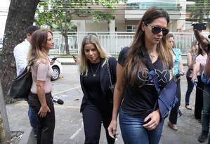 Shanna (em primeiro plano) chega à DH, na Barra Foto: Guilherme Pinto / Agência O Globo