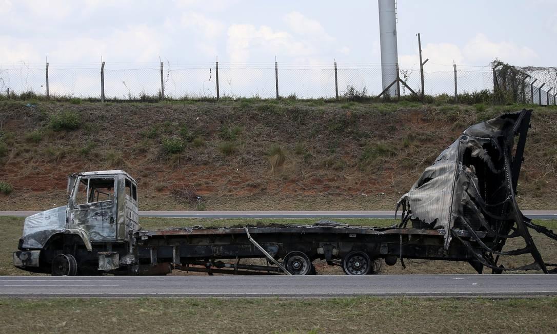 O outro caminhão queimado pelos assaltantes para bloquear a rodovia Santos Dumont (SP-075), que dá acesso ao aeroporto Foto: RAHEL PATRASSO / REUTERS