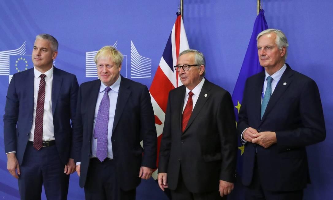 Johnson ao lado do presidente da Comissão Europeia Jean-Claude Juncker, do negociador-chefe da UE, Michel Barnier, do ministro do Brexit, Stephen Barclay, após acordo ser firmado Foto: YVES HERMAN / REUTERS