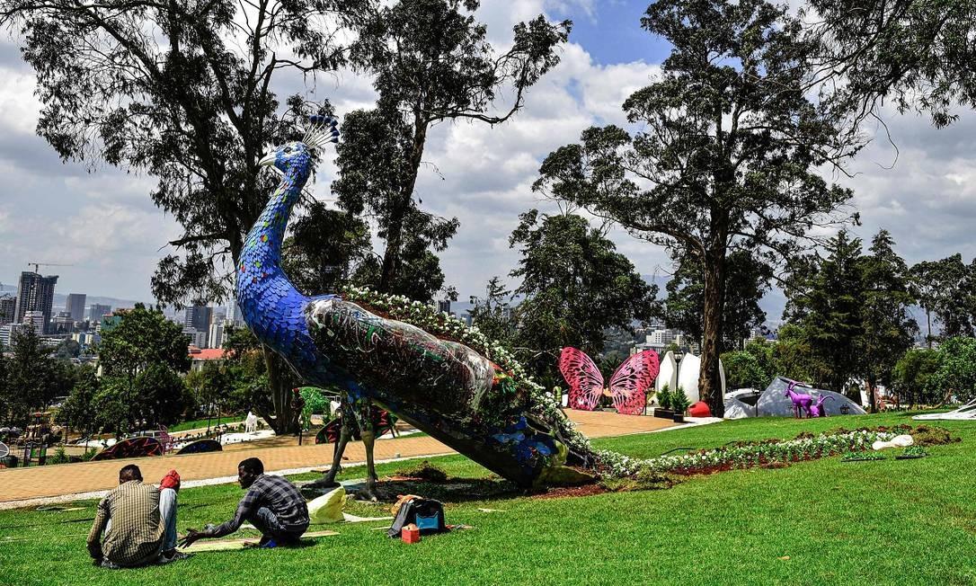 Um pavão gigante faz parte do jardim de esculturas do Unity Park, em Adis Abeba, Etiópia. Foto: Michael Tewelde / AFP