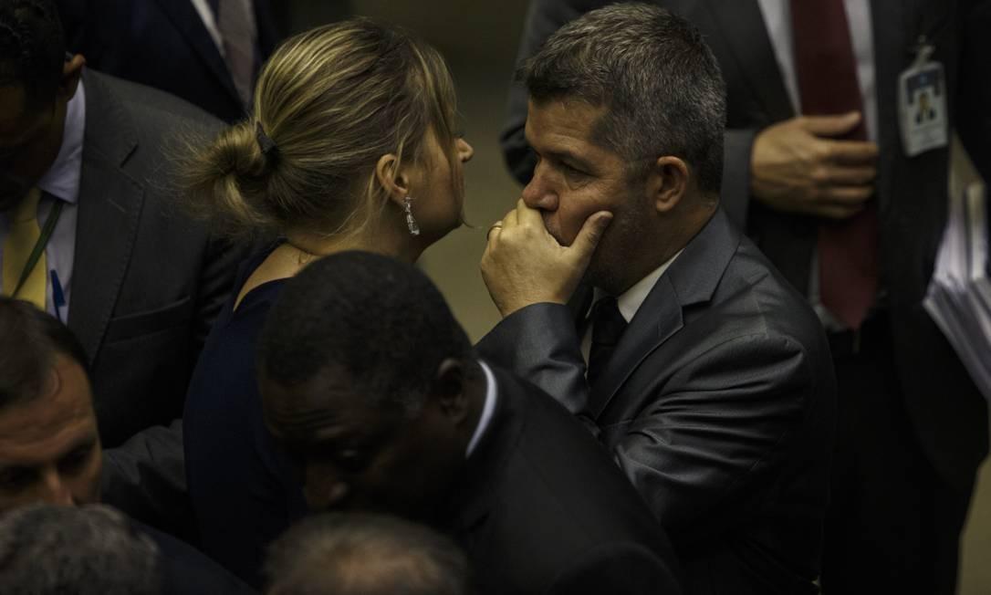 Joice Hasselmann e o deputado Delegado Waldir. Deputada assinou a lista de apoio à permanência de Waldir na liderança do PSL na Câmara Foto: Daniel Marenco / Agência O Globo