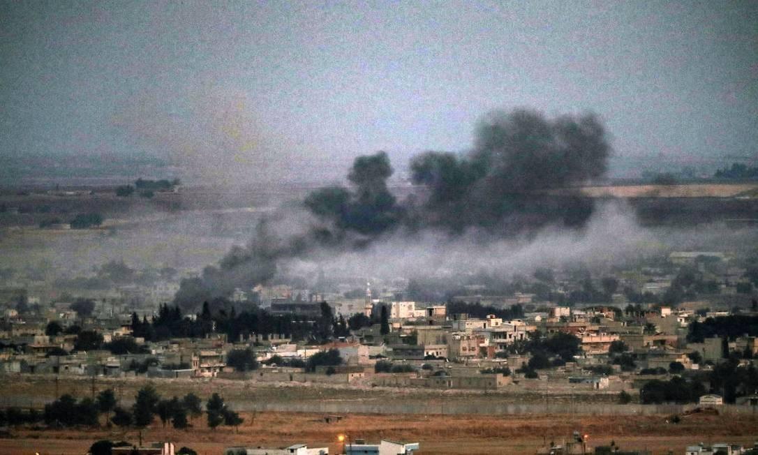 Cidade de Ras al-Ain na Síria, que foi bombardeada pela Turquia Foto: Burak Kara / Getty Images