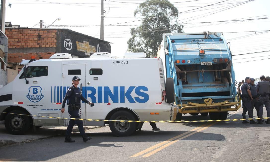 Policiais trabalham em área isolada onde, na manhã desta quinta-feira (17), criminosos armados mantiveram reféns depois de assaltarem uma empresa de valores no terminal de carga do aeroporto de Viracopos, em Campinas, São Paulo Foto: RAHEL PATRASSO / REUTERS