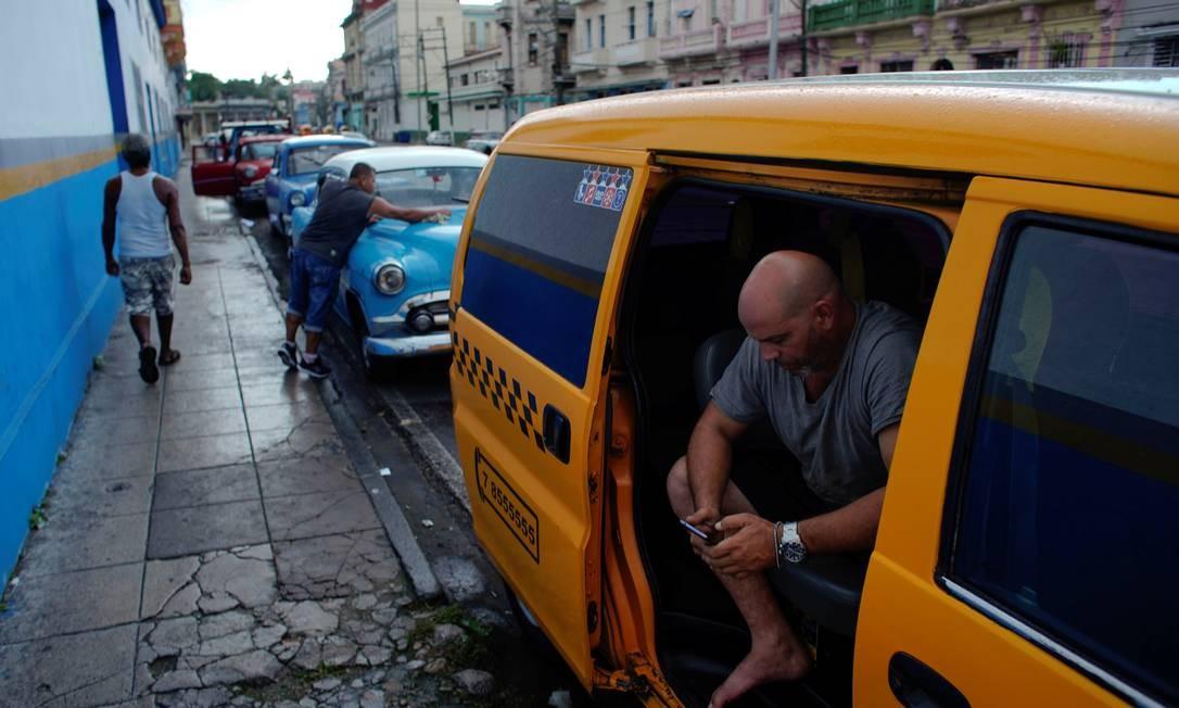 O taxista cubano Alejandro Savieda, que esperou cinco dias para abastecer seu carro: sanções americanas a Havana e Caracas provocaram escassez de combustíveis na ilha Foto: ALEXANDRE MENEGHINI / REUTERS