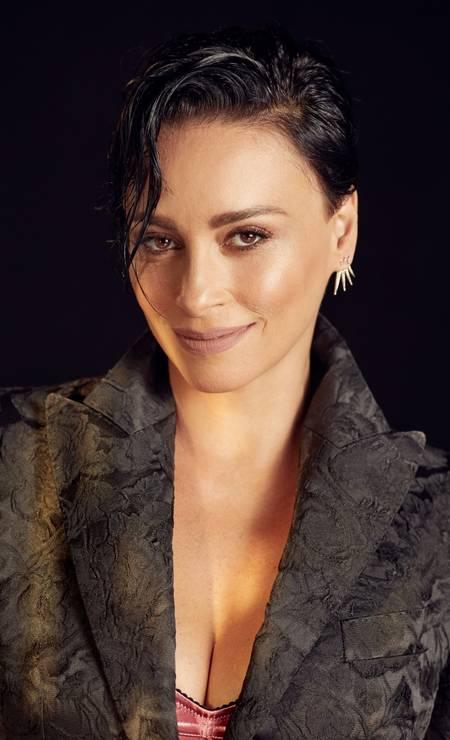 Suzana veste blazer e top, ambos Dolce & Gabbana, e brincos HStern Foto: Renan Oliveira