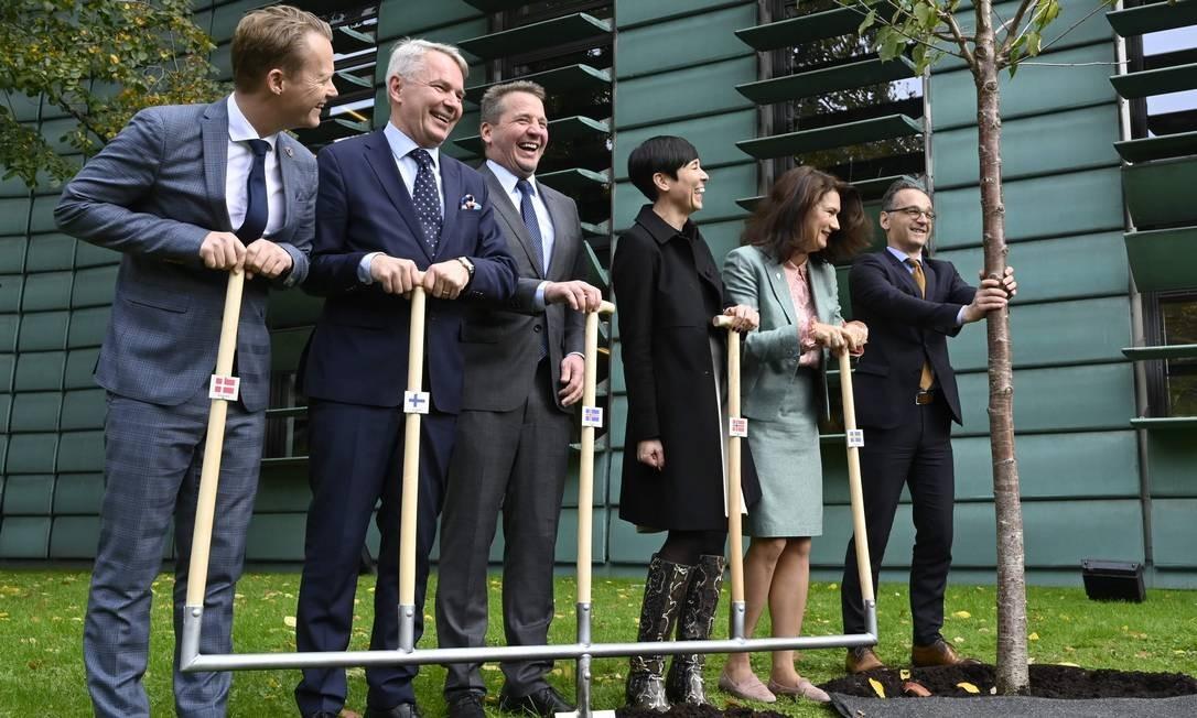 O ministro das Relações Exteriores da Alemanha, Heiko Maas, planta uma árvore em conjunto com seus colegas da Dinamarca, Finlândia, Islândia, Noruega e Suécia para comemorar 20 anos das embaixadas nórdicas em Berlim Foto: JOHN MACDOUGALL / AFP