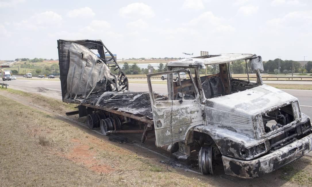 Caminhão incendiado pelos assaltantes durante a fuga. Foto: Edilson Dantas / Agência O Globo