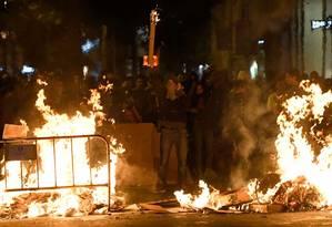 Manifestantes fazem barricadas de fogo na Catalunha Foto: LLUIS GENE / AFP