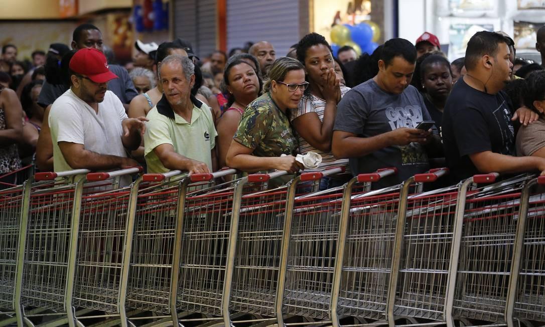 A loja de Campo Grande amanheceu lotada de consumidores. Funcionários montaram uma fileira de carrinhos para tentar organizar a entrada Foto: Pablo Jacob / Agência O Globo