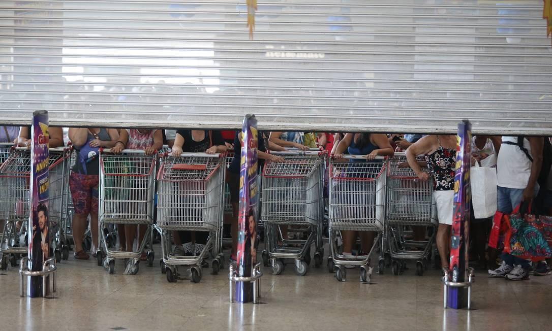 Todos a postos: clientes com seus carrinhos preparados para correr atrás das ofertas na filial do Guanabara de São Gonçalo Foto: Fabiano Rocha / Agência O Globo