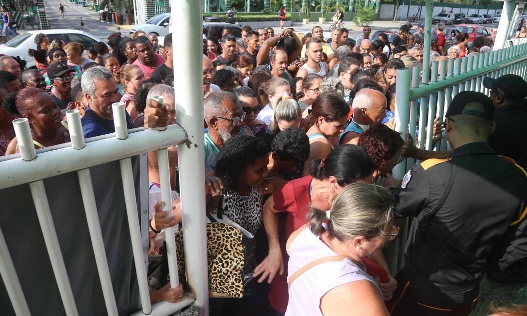Abertos os portões, corrida de clientes para ver quem chega primeiro no Supermercados Guanabara, em São Gonçalo. Teve cliente que chegou antes das 6h Foto: Fabiano Rocha / Agência O Globo