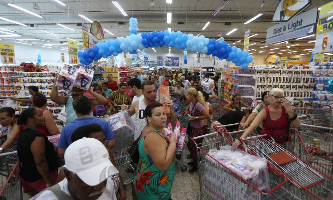 Lojas lotadas em dia de promoções pelo Aniversário Guanabada, em São Gonçalo. Foto: Fabiano Rocha / Agência O Globo