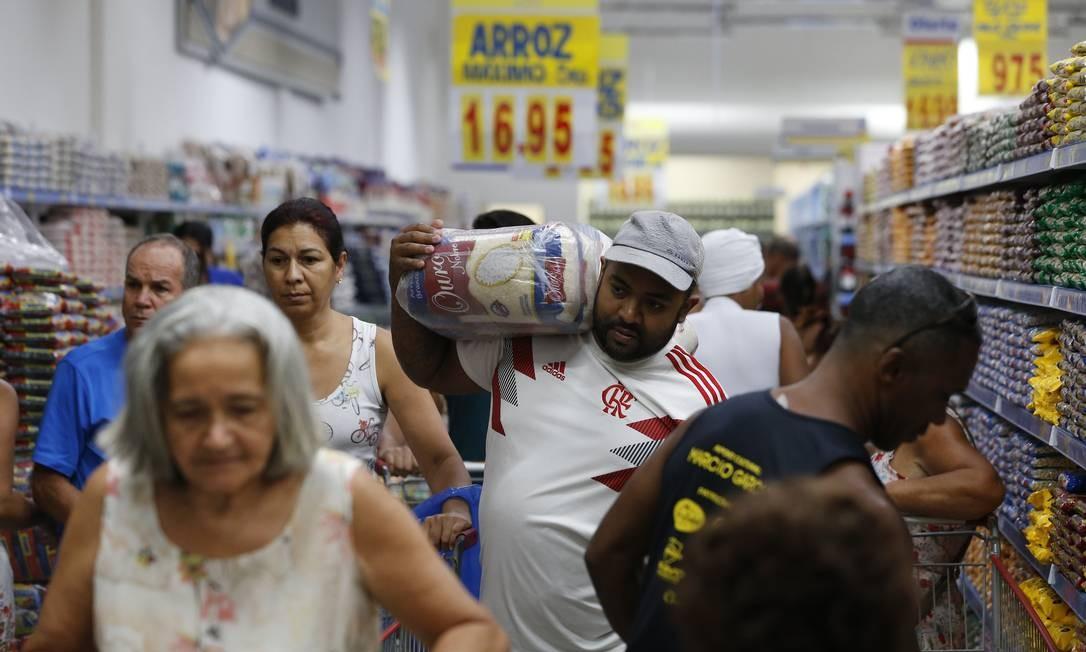 Teve até engarrafamento de carrinhos e clientes nos corredores Foto: Pablo Jacob / Agência O Globo