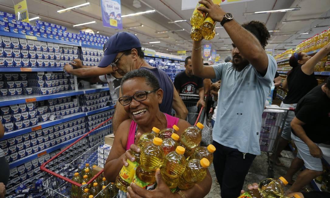 Clientes aproveitam para garantir o estoque de óleo de soja Foto: Pablo Jacob / Agência O Globo