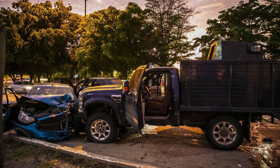 Carros atingidos por disparos de policiais e de traficantes em uma rua de Culiacán, estado de Sinaloa. Pelo menos um membro da Guarda Nacional morreu Foto: RASHIDE FRIAS / AFP