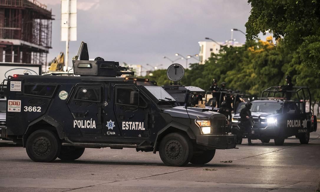 Patrulha policial mexicana em uma rua de Culiacán, estado de Sinaloa, México, em 17 de outubro de 2019, depois de pistoleiros fortemente armados chegaram em caminhões e travaram uma intensa batalha com as forças de segurança mexicanas Foto: RASHIDE FRIAS / AFP