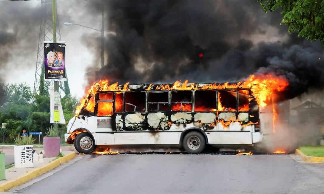Os traficantes atearam fogo em um ônibus para bloquear uma estrada, em Culiacán, no estado de Sinaloa, México Foto: JESUS BUSTAMANTE / REUTERS