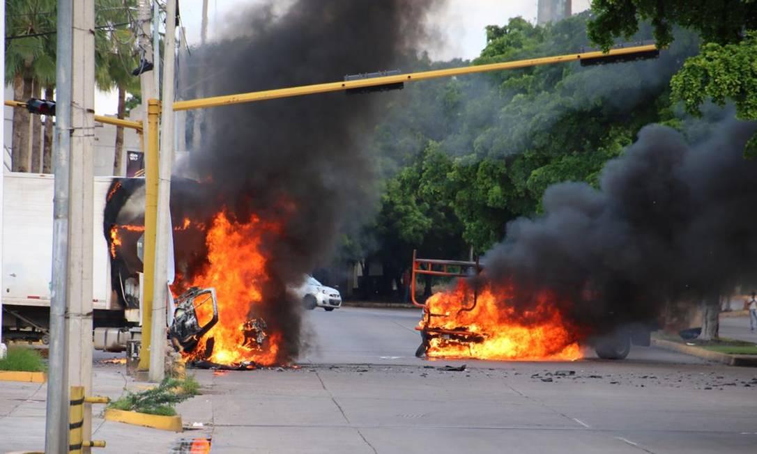 Os criminosos atearam fogo em diversos veículos nas ruas de Culiacán, Sinaloa. Cercadas, as forças de segurança acabaram liberando Chapito, como Ovidio também é conhecido Foto: STR / AFP