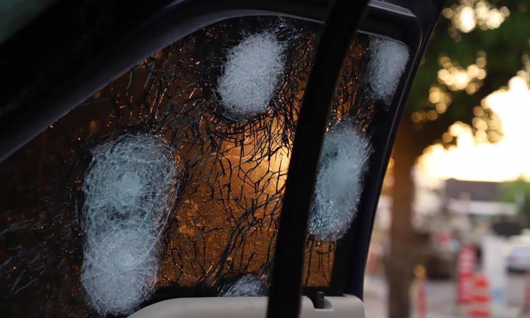 Carros blindados foram atingidos por tiros no confronto entre as forças de segurança e traficantes do Cartel de Sinaloa, em Culiacán. O presidente López Obrador disse que apoiou a decisão de libertar Oviedo Guzmán Foto: RASHIDE FRIAS / AFP