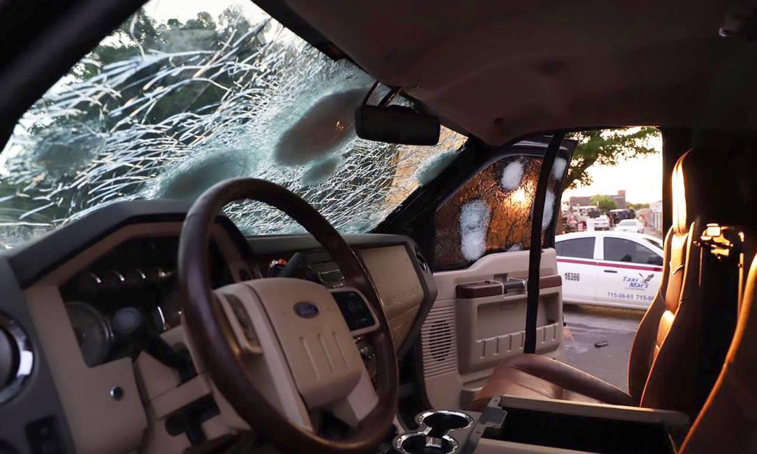 Para-brisa de um carro blindado com as marcas de tiros do confronto entre criminosos e policiais em Culiacán, Sinaloa. López Obrador rebateu críticas de que a libertação significasse impunidade Foto: RASHIDE FRIAS / AFP