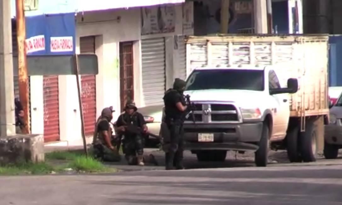 Pistoleiros do Cartel de Sinaloa fortemente armados atacaram as forças de segurança em Culiacán, em Sinaloa Foto: STR / AFP