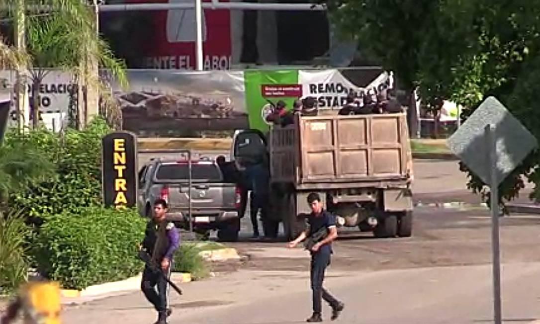 Caminhões espalharam integrantes do Cartel de Sinaloa pela cidade, gerando caos e pânico em Culiacán, Sinaloa Foto: STR / AFP