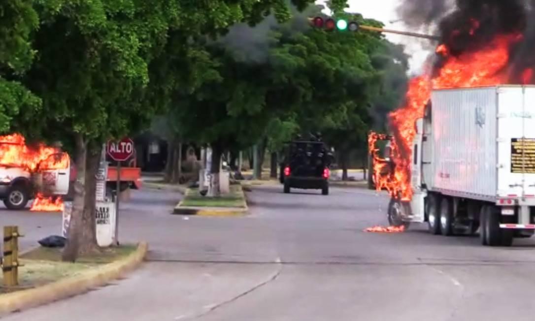 Vários ataques de traficantes do Cartel de Sinaloa na cidade de Culiacán, no Norte do México, deixaram veículos em chama Foto: STR / AFP