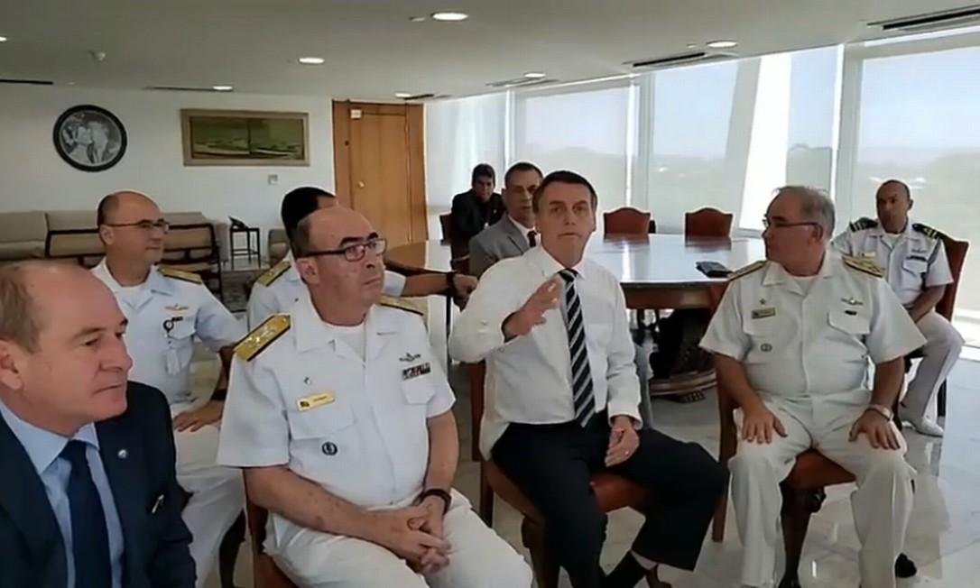 Bolsonaro fez declarações acompanhado do ministro da Defesa, Fernando de Azevedo e Silva (à esquerda) e de integrantes da Marinha no gabinete presidencial Foto: Reprodução / Agência O Globo