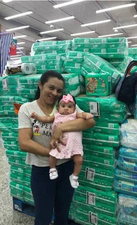 Maria Nazaré foi ao Guanabara a fim de comprar fraldas descartáveis para a filha Kelly Natasha Foto: Letycia Cardoso - Agência O Globo