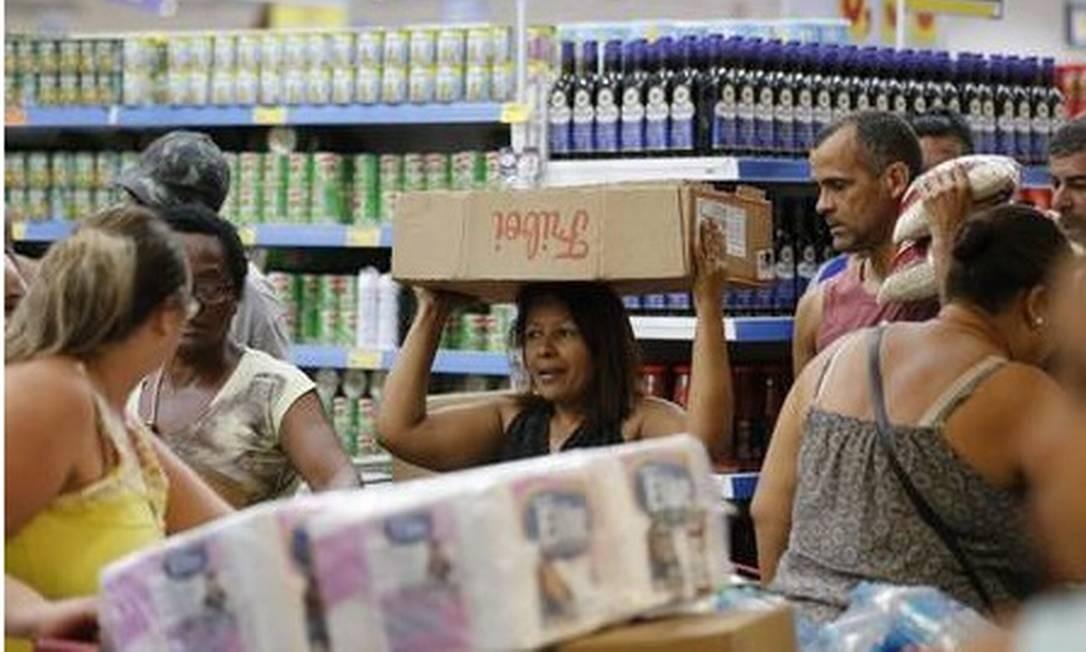 A consumidora carrega a compra como pode Foto: Pablo Jacob - Agência O Globo