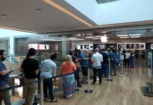 Fila para comprar o novo iPhone na loja da Apple no Village Mall, na Barra da Tijuca, Zona Oeste do Rio Foto: Bruno Rosa / .
