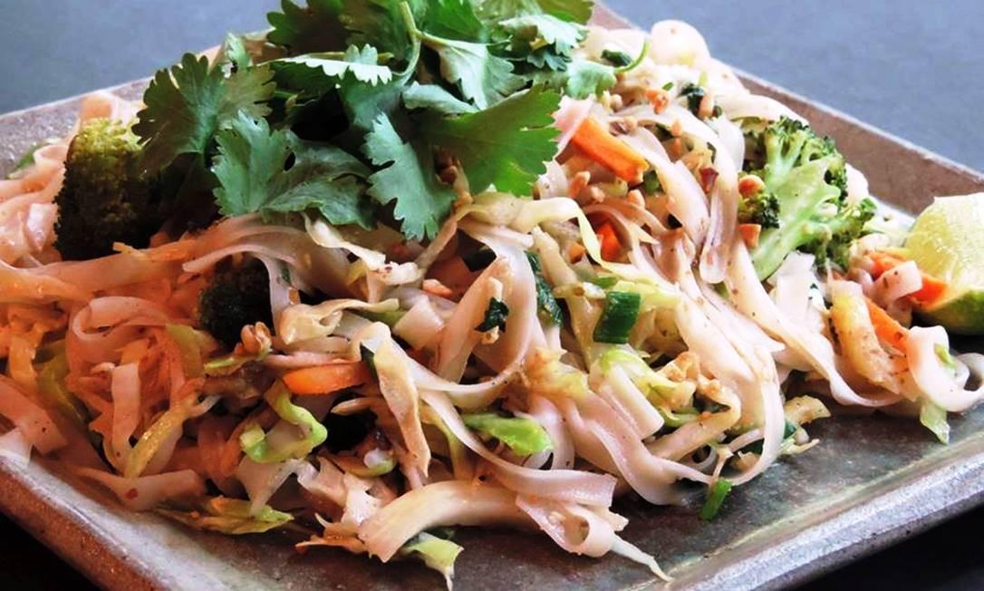 Pad Thai do Nam Thai: talharim de arroz frito com vegetais, shitake, tamarindo e amandoim Foto: Divulgação/Souza