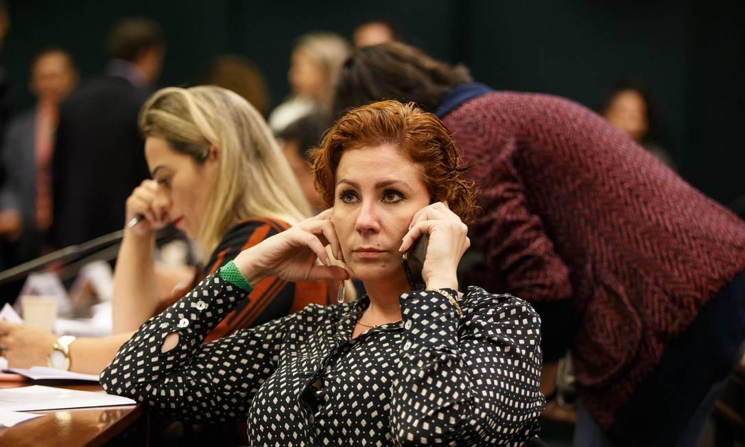 A deputada Carla Zambelli (PSL-SP) fala ao telefone durante a comissao Foto: Daniel Marenco / Agência O Globo