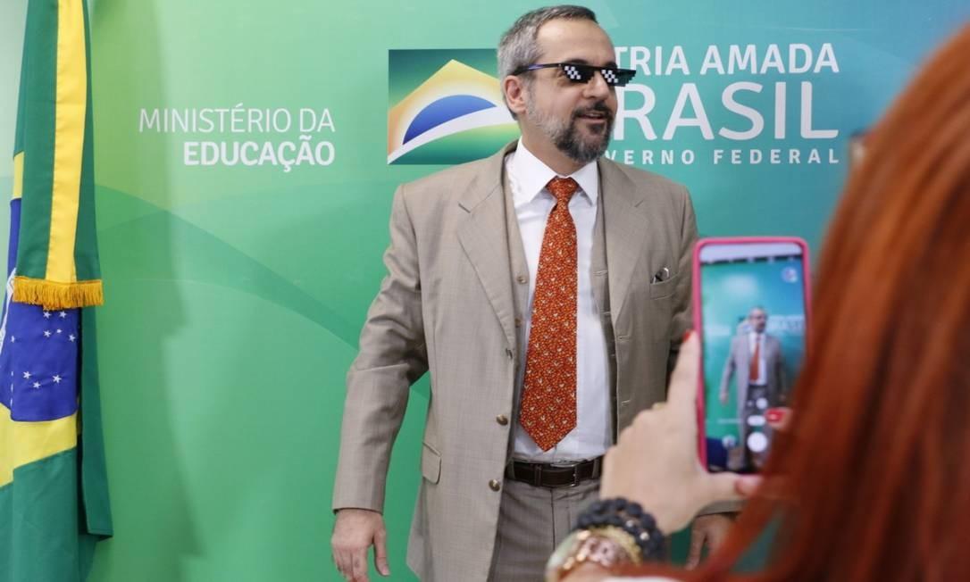 Ministro colocou óculos em referência a meme da internet Foto: Divulgação MEC