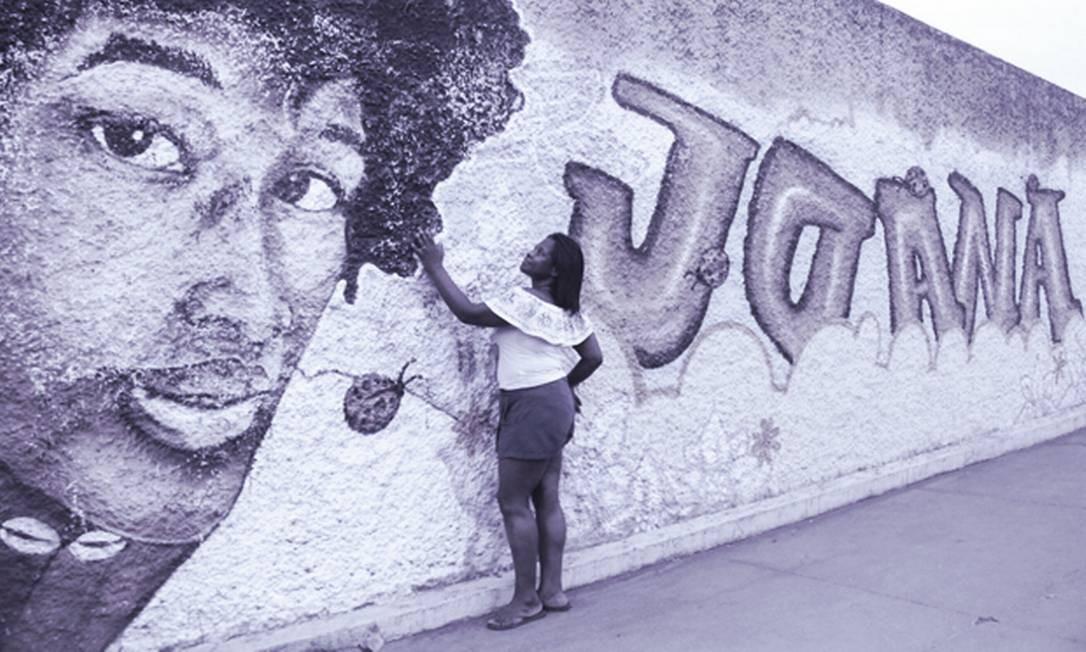 Teresa Cristina olha um grafite com a imagem da filha, Joana, atropelada por um trem em 2017 Foto: Arte sobre foto de Larissa Amorim/Casa Fluminense